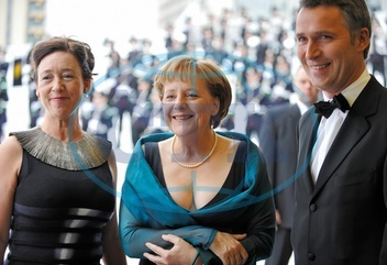 Merkel,  Angela - Politician,  CDU,  Chancellor of Germany - with Jens Stoltenberg,  Prime Minister Norway and his wife Ingrid Schulerud (l) in Oslo - 12.04.2008  For-commercial-use-please-contact-ullste