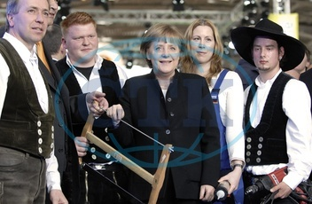 Merkel,  Angela - Politician,  CDU,  Chancellor of Germany - at the International Munich Handicraft Fair,  with trainees - 29.02.2008  For-commercial-use-please-contact-ullstein-bild!