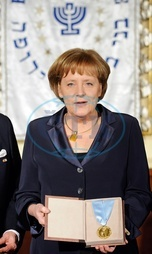 Merkel,  Angela - Politician,  CDU,  Chancellor of Germany - receiving the Bnai Brith Europe Award of Merit-Medaille - 11.03.2008  For-commercial-use-please-contact-ullstein-bild!