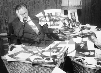 Emil Jannings herec role natáčení - Actor,  Germany - *23.07.1884-02.01.1950+ at the desk of his Berlin appartment in a pile of autograph cards -1926
