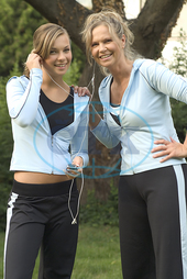 two women listening to music from MP3-Player