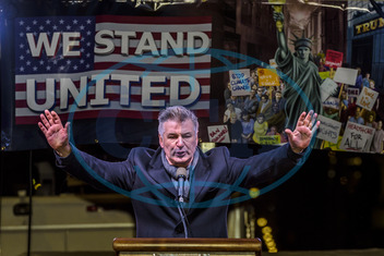 Alec Baldwin,  herec,  gesto,  projev,  NYC: Celebrities and City Officials Protest Trump
