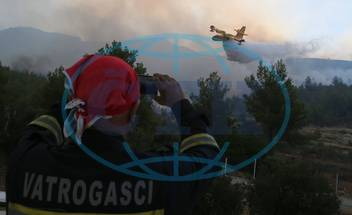 PODSTRANA,  lesní požár,  požáry,  letadlo,  hašení,  hasič,  hasiči,  kouř,  proud vody,  Chorvatsko,  July 18 A firefighting plane tries to extinguish a wildfire in the village