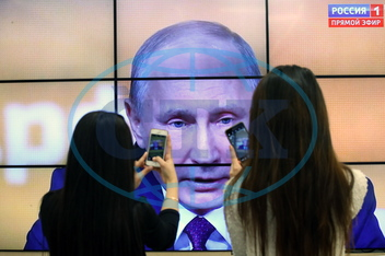 Russians watch live broadcast of President Putin's press conference