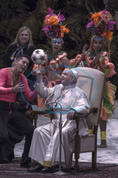 Papež František,  fotbalový míč,  umělec,  umělci,  circus of Cuba,  Vatican,  Rome: Pope Francis juggles with a ball with a performer from the circus of Cuba during weekly general audience in Paul V