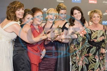 Gilzer,  Maren - Actress,  Germany - (l.) with fellow actresses of the TV series _In aller Freundschaft_ at the media award _Goldene Henne_ (category: play) at Friedrichstadtpalast in Berlin,  Germany. L