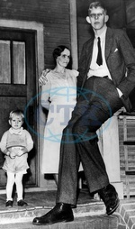 Robert Wadlow,  2.80 m tall,  Illinois USA. With his mother und his brother. 1935