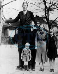Robert Wadlow,  2.80 m tall,  Illinois USA. With his brothers and sisters. 1936