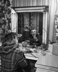 Goddard,  Paulette,  herečka - Actress,  USA *03.06.1910-23.04.1990+ nee: Pauline Marion Levy at make-up table - 1955 Photo: RKO Radio Pictures