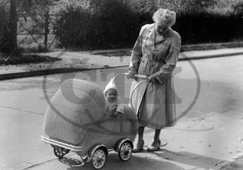 Mother and Child in the Beginning of the 1950 er Years in Berlin