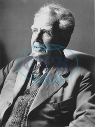 British film pioneer GEORGE ALBERT SMITH photographed at his home at 18 Chanctonbury Road,  Hove by the film collector Graham Head who lived nearby. Date of photo unknown GEORGE ALBERT SMITH British fi