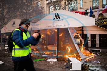ellow vests protest marred by violent clashes with police in Paris
