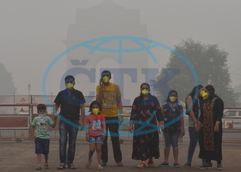 (191103) -- NEW DELHI,  Nov. 3,  2019 -- People with masks are seen in smog near India Gate in New Delhi,  India,  on Nov.