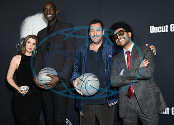 Julia Fox,  Kevin Garnett,  Adam Sandler,  The Weeknd,  basketbalový míč